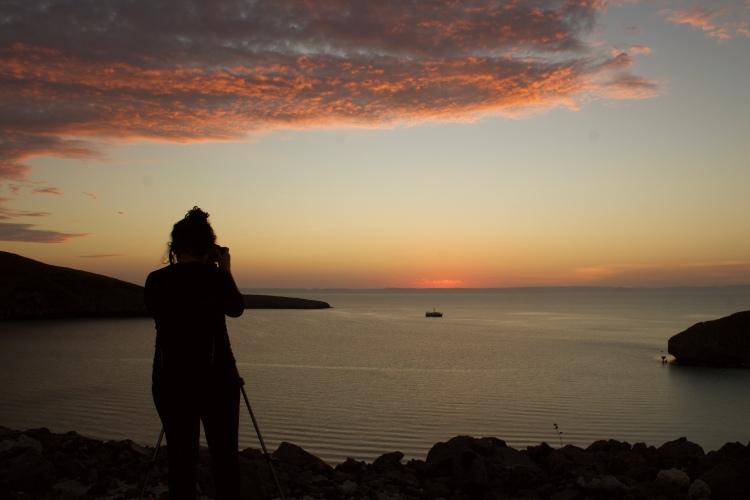 Liz tomando el atardecer en Playa Balandra